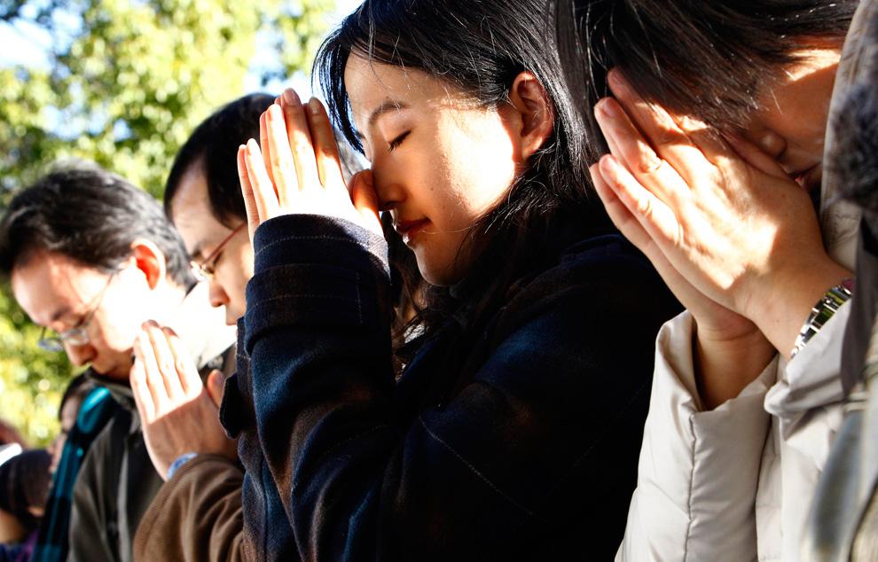 37. Японки молятся в храме Меиджи в Токио 1 января 2010 года. (AP Photo/Shizuo Kambayashi)