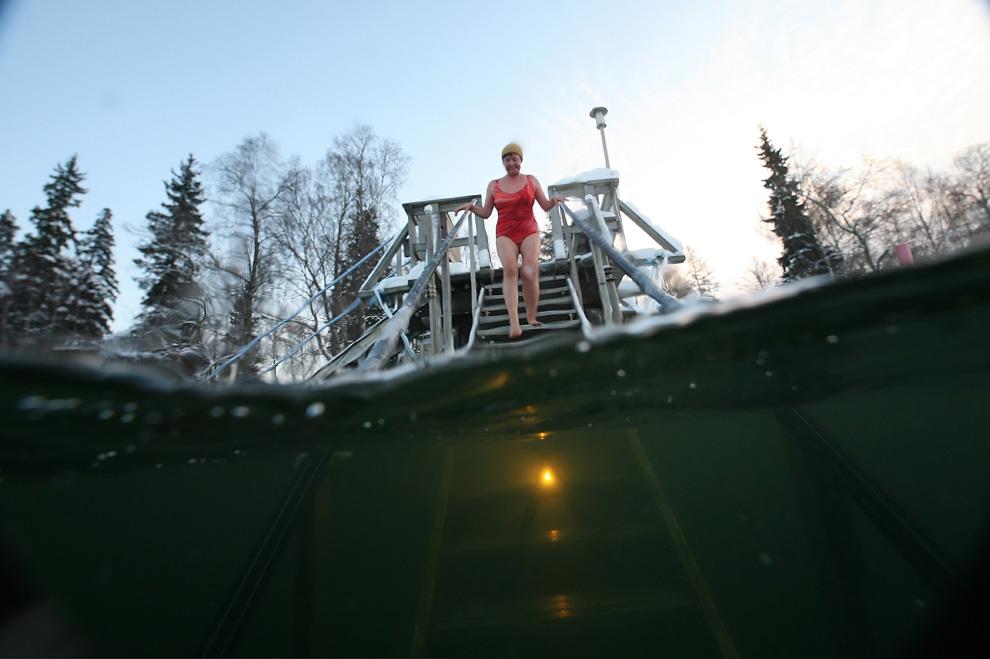 38. Женщина входит в море 1 января 2010 года в Васе, Финляндия. В этот день температура воздуха упала до -14 градусов по Цельсию. (OLIVIER MORIN/AFP/Getty Images)