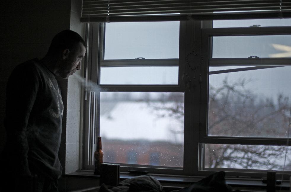 6. 30-летний специалист Тодд Битти из второго взвода компании «Апачи» второго батальона 87-ого пехотного взвода смотрит в окно в своем бараке в Форт Драм, Нью-Йорк, 1 января после того, как его взвод вернулся из Афганистана. (AP / David Goldman)