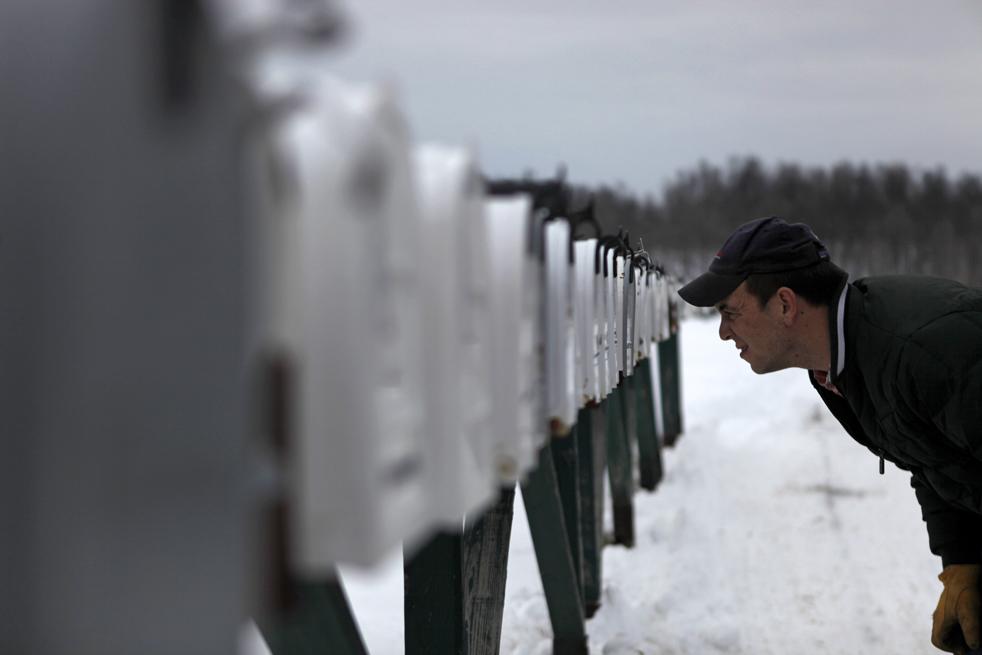 7. 25-летний штабной сержант Коди Коллинс из второго взвода компании «Апачи» пытается понять, какой из почтовых ящиков – его, переехав в новую квартиру в Эванс Миллс, Нью-Йорк, 31 декабря по возвращении после годовой службы в Афганистане. (AP / David Goldman)