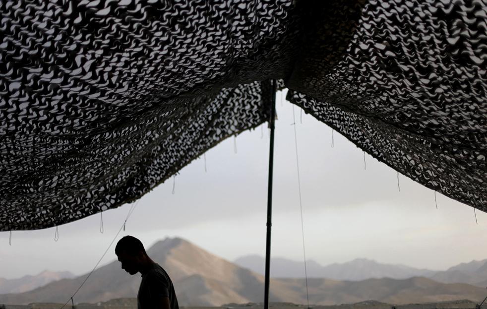 12. Специалист 21-летний Кристиан Джименез из Элизабет, Нью-Джерси, идет мимо палатки на аванпосте Танги в провинции Вардак, Афганистан, 17 августа 2009 года. (AP / David Goldman)