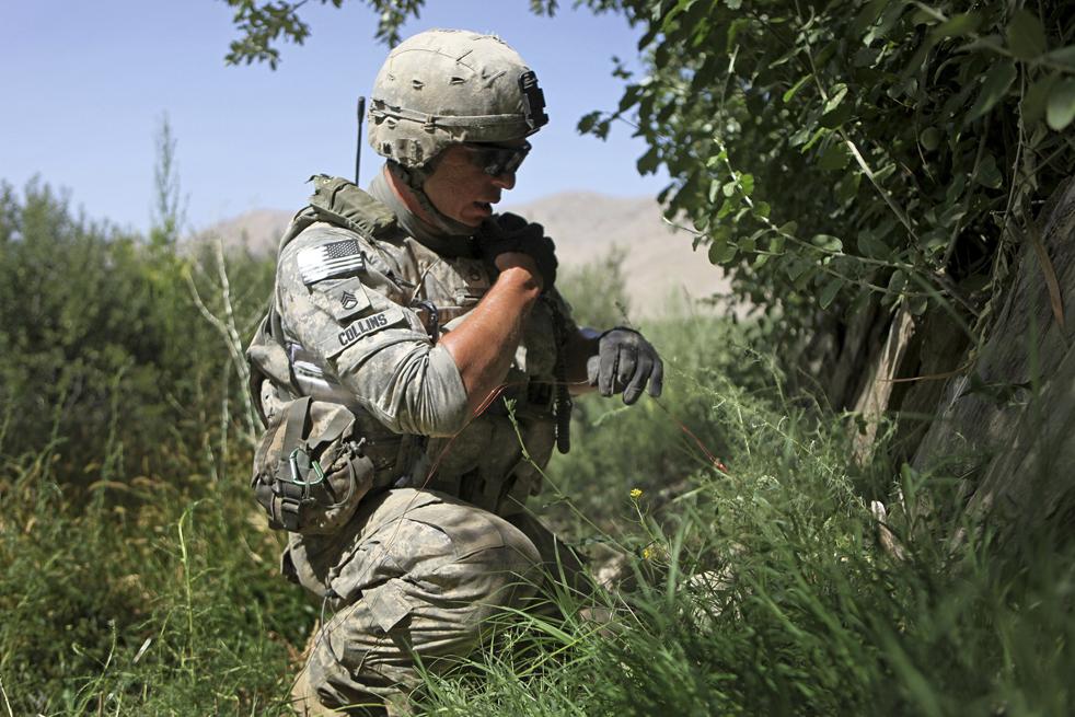 16. Штабной сержант 25-летний Коди Коллинс из Джоя, Кентукки, нашел спусковой механизм придорожной бомбы вовремя патрулирования долины Танги в афганской провинции Вардак. (AP / David Goldman)