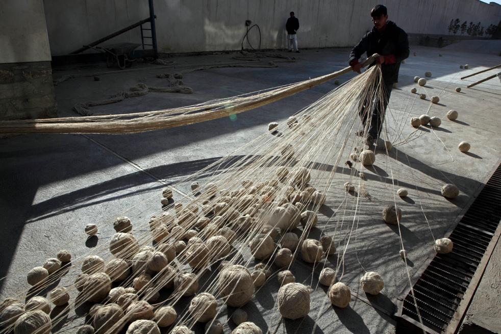 2. Афганцы собирают шерстяную пряжу перед ее окраской на заводе по производству ковров 8 января в Кабуле. (Getty Images / Majid Saeedi)