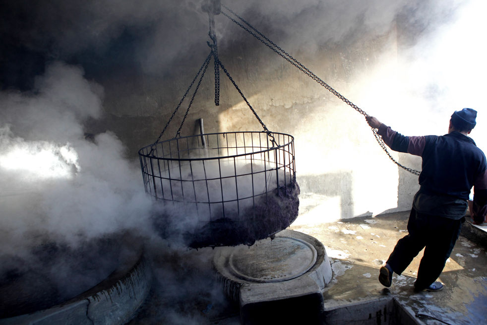 4. Афганец красит пряжу на заводе 8 января в Кабуле. Производство ковров в Афганистане имеет длинную историю, его корни теряются в далеком прошлом. (Getty Images / Majid Saeedi)