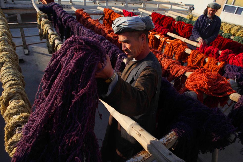 7. Афганцы сортируют нитки после их покраски на заводе в Кабуле 8 января. (Getty Images / Majid Saeedi)