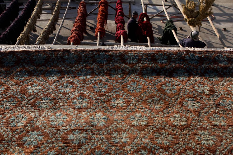 9. Афганские рабочие сортируют окрашенную пряжу на заводе в Кабуле 8 января. (Getty Images / Majid Saeedi)