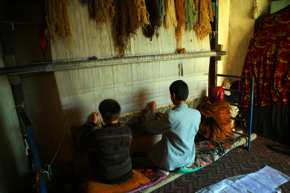 10. Афганские рабочие ткут ковер из шерстяной пряжи на заводе в Кабуле 9 января. (Getty Images / Majid Saeedi)