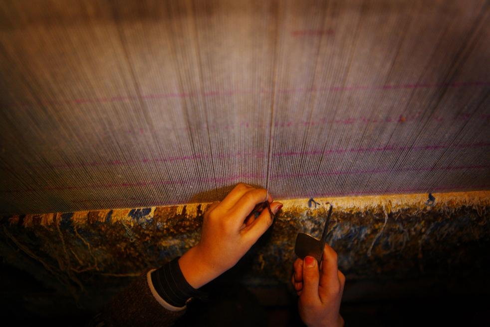 11. Ручное производство ковров внесло вклад в развитие экономики Афганистана, занятость в этой отрасли оценивается почти в миллион жителей Афганистана, к этому также относятся обработка сырья и конечная обработка изделий. (Getty Images / Majid Saeedi)