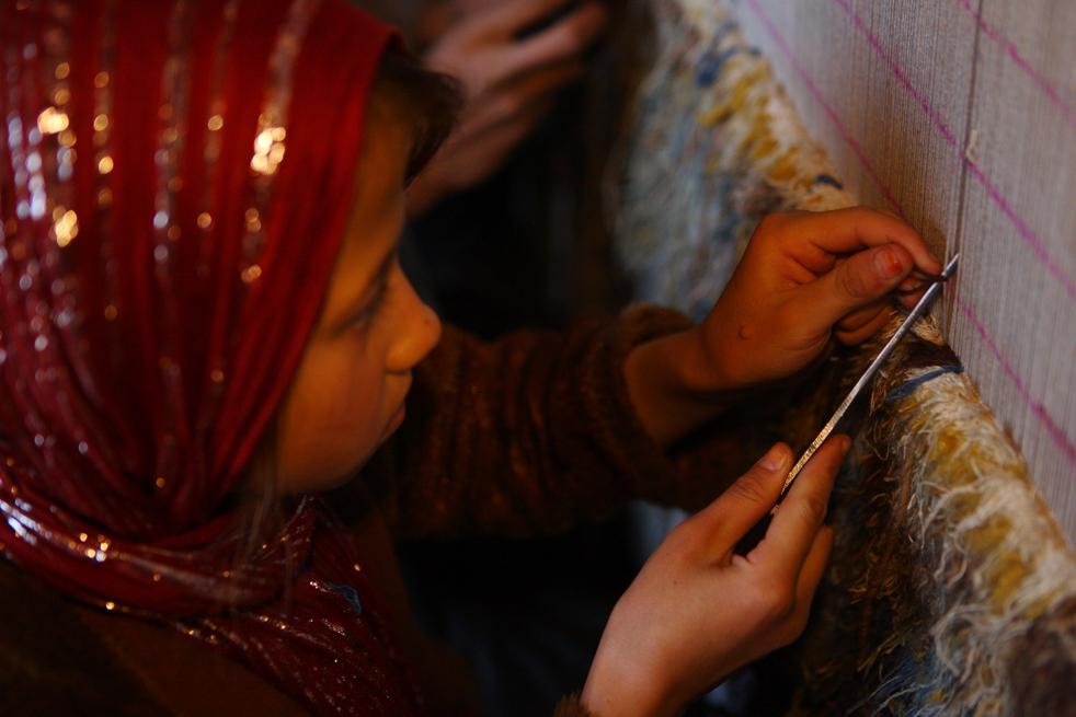 12. Раньше ковры и подобные им изделия ткались только для домашнего использования, и юные девушки учились искусству ткачества в доме своих родителей в процессе работы над своим преданным, которая длилась годами. (Getty Images / Majid Saeedi)