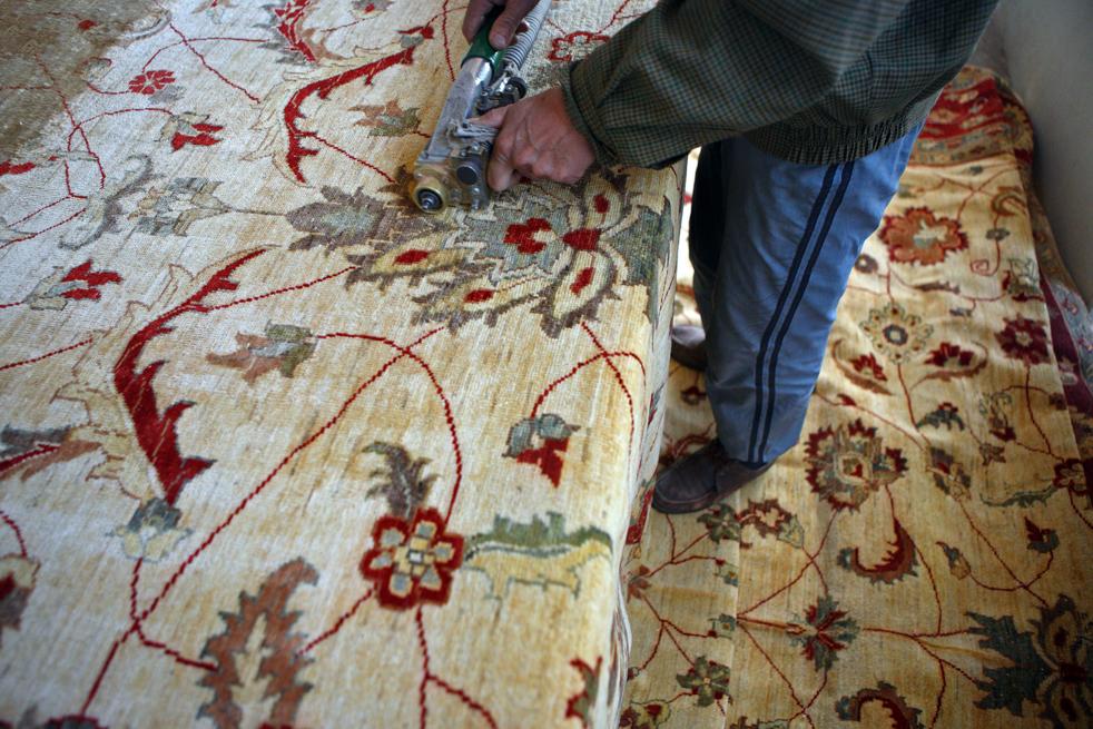 13. Афганский рабочий режет коврики на заводе в Кабуле 9 января. (Getty Images / Majid Saeedi)