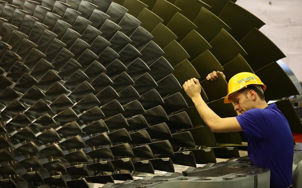 1. Рабочий вращает газовую турбину во время ее сборки на заводе «Siemens» 8 января 2010 года в Берлине. (Sean Gallup/Getty Images)