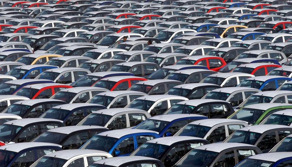 3. Два работника (вверху в центре) проверяют припаркованные автомобили «Hyundai», готовые к отправке, в порту южного индийского города Ченнаи 24 января 2010 года. (REUTERS/Babu)