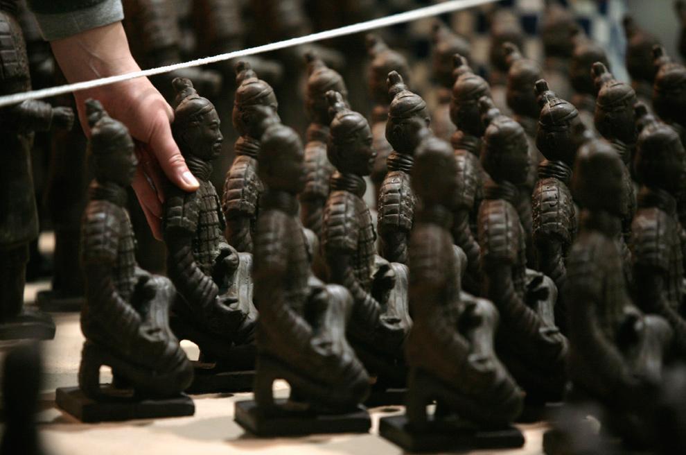 """4. Рабочий устанавливает """"терракотовых воинов"""" из шоколада в «Шоколадной стране» в Пекине 14 января 2010 года. В шоколадном парке будут такие творения, как Великая китайская стена, пещеры Дунгуань и Терракотовые воины. Парк откроется 29 января. (REUTERS/Grace Liang)"""