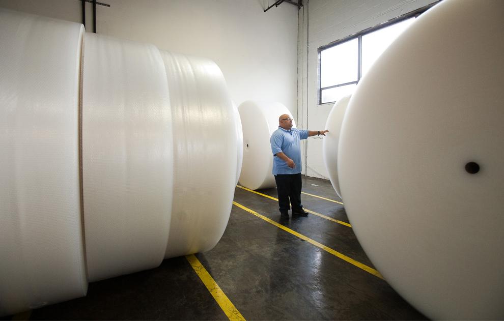 6. Начальник производства компании «Sealed Air» Роберто Рамос осматривает огромные рулоны воздушно-пузырьковой пленки на заводе компании в Сэддл Брук, Нью-Джерси, 19 января 2010 года. «Sealed Air» отмечает 50-летие своего продукта в этом году. (AP Photo/Christopher Barth)