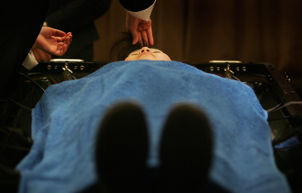 """9. На этом фото 11 января 2010 года студент похоронного бюро «Lung Yen Life Service Co."""" Укладывает волосы на модели в Тайбэе. Когда недавно похоронное бюро открыло 10 вакансий помощника, который будет укладывать волосы покойным во время подготовки к традиционным пышным похоронам, оно получило около 2000 заявлений от соискателей. (AP Photo/Wally Santana)"""