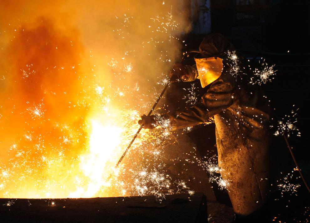 10. Рабочий следит за доменной печью на сталелитейном заводе «ArcelorMittal Ostrava» в Остраве, Чешская республика, 21 января 2010 года. (Vladimir Weiss/Bloomberg)