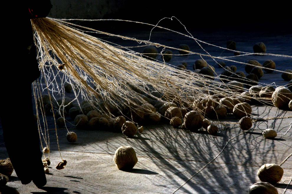 11. Афганцы собирают пряжу перед тем, как покрасить ее на заводе по производству ковров 9 января 2010 года в Кабуле. Высококачественные и обычно дорогие афганские ковры – один из лучших продуктов экспорта Афганистана. (Majid Saeedi/Getty Images)