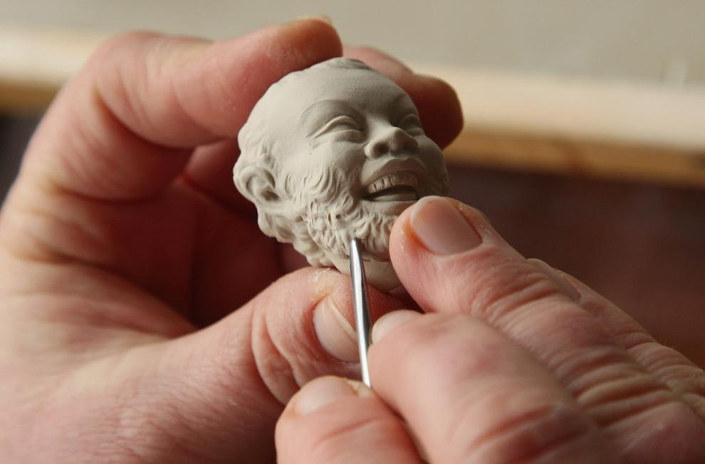 15. Ремесленник вырезает детали на все еще мягкой головке фарфоровой фигурки на Мейсенском заводе по производству дорогого фарфора 20 января 2010 года в Мейсене, Германия. (Sean Gallup/Getty Images)