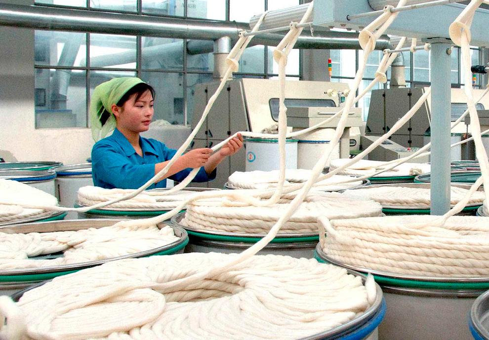 19. Женщина работает на шелковой мануфактуре «Kim Jung Suk» в Пьонгуань, Северная Корея 12 января 2010 года. (REUTERS/KCNA)