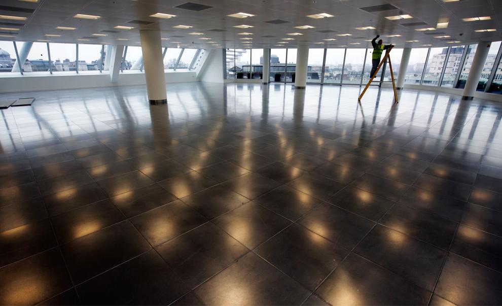 29. Рабочий чинит электропроводку на пустом этаже офисного комплекса в Лондоне 21 января 2010 года. (Jason Alden/Bloomberg)