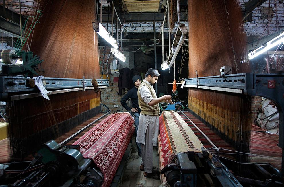 33. Мужчина работает за ткацким станком на текстильном заводе в Файсалабаде 21 января 2010 года. (Asad Zaidi/Bloomberg)