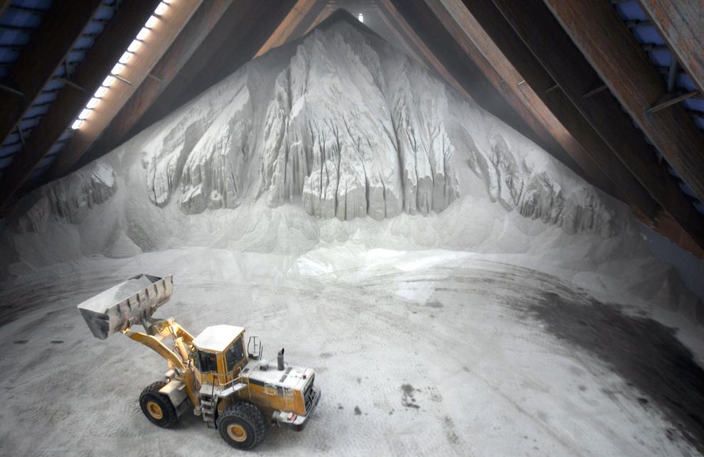 38. Фронтальный погрузчик используется, чтобы загрузить грузовики антиобледенительной солью в южном городе Хайльбронн, Германия, 12 января 2010 года. (SASCHA SCHUERMANN/AFP/Getty Images)