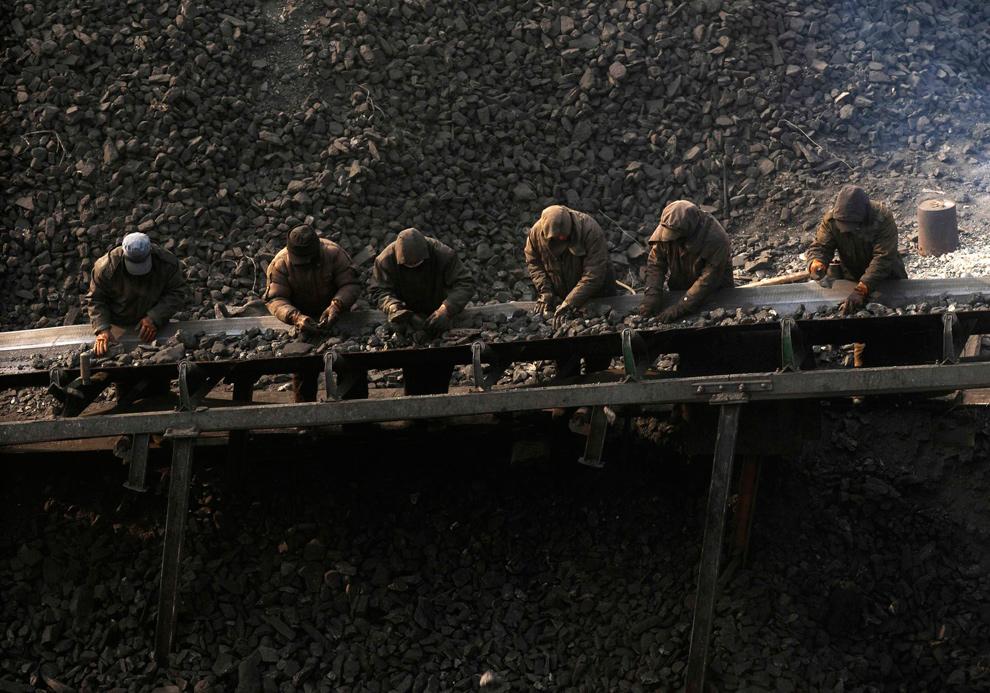 40. Рабочие сортируют уголь на угольной свалке в Чангжи, провинция Шаньси, 6 января 2010 года. (REUTERS/Stringer)