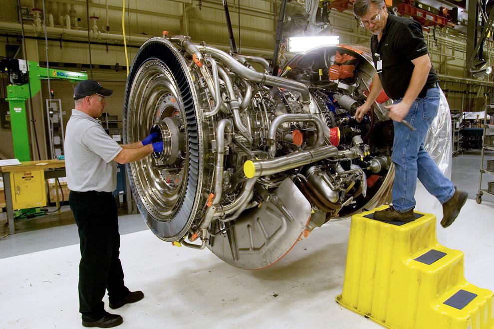 44. Техник Эрик Норманн (слева) и Дэйв Норманн собирают реактивный двигатель «GP7200» для Боинга 777 в цеху сбора и тестирования «General Electric Co.» в Дареме, штат Северная Каролина, 22 января 2010 года. (Jim R. Bounds/Bloomberg)