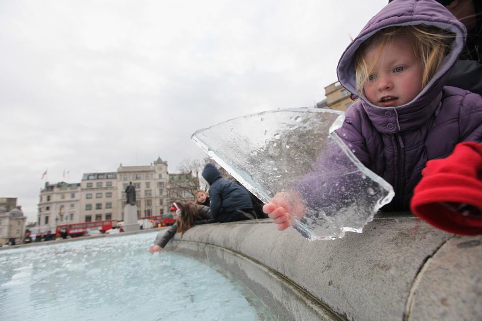 2. Девочка держит кусок льда из фонтана на Трафальгарской площади 5 января в Лондоне. Метеослужба страны подтвердила, что период рождественских каникул стал для Великобритании самым холодным за последние 25 лет, когда температура упала до -17 по Цельсию. Жители пригородов и пассажиры столкнулись с задержками рейсов. (Getty Images / Dan Kitwood)