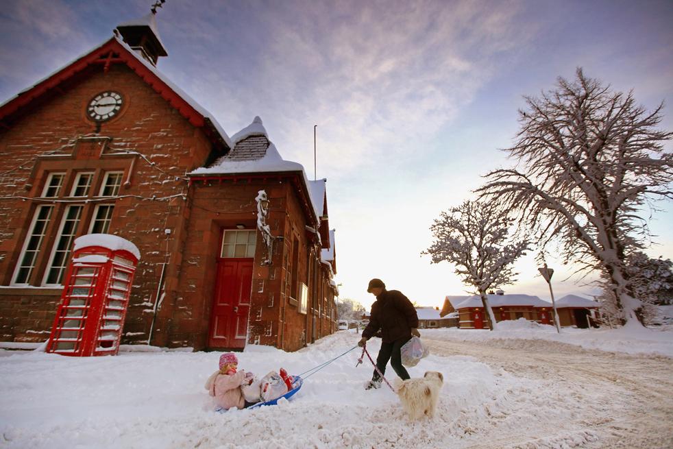 3. Женщина катает ребенка на санках в пограничной деревне Сейнт-Босвеллс 6 января в Шотландии. Согласно данным метеослужбы, этот арктический циклон стал самым холодным в Великобритании за последние 30 лет, и жителям нескольких округов, включая Хэмпшир и Оксфордшир, посоветовали быть бдительными. (Getty Images / Jeff J Mitchell)