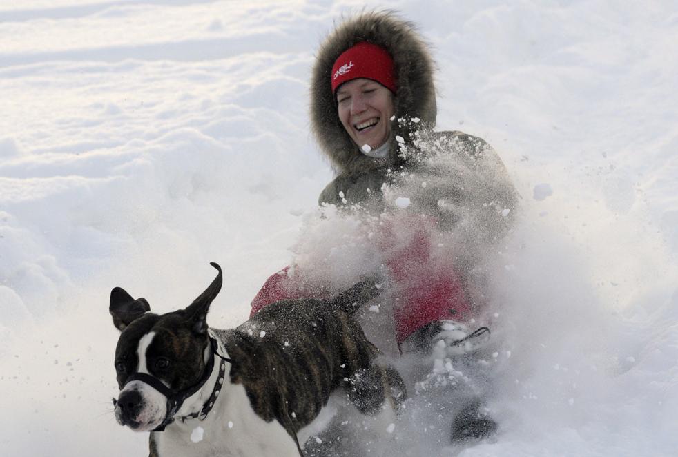 6. Киевлянка играет с собакой в снегу 4 января. В Киеве температура упала до -16. (AP / Sergei Chuzavkov)