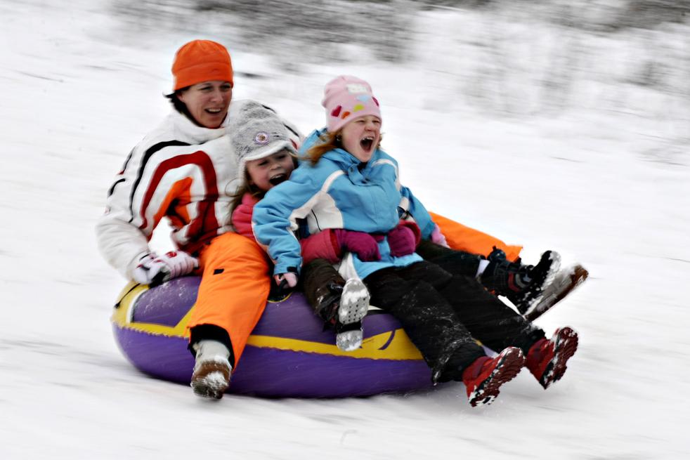 7. Женщина и двое ее детей едут с горки на надувной подушке в Берлине 2 января. В Германии продолжает царить зимняя погода, в ближайшие дни выпадет еще больше снега. (AFP / Getty Images / Axel Schmidt)