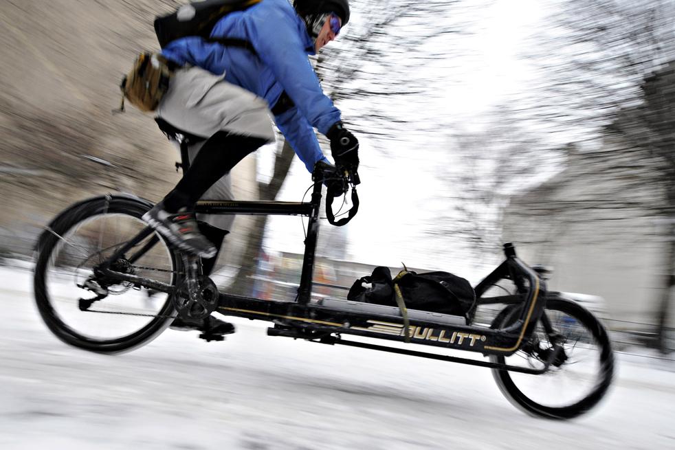 9. Курьер на велосипеде едет по заснеженным улицам Берлина 6 января. (AFP / Getty Images / Axel Schmidt)