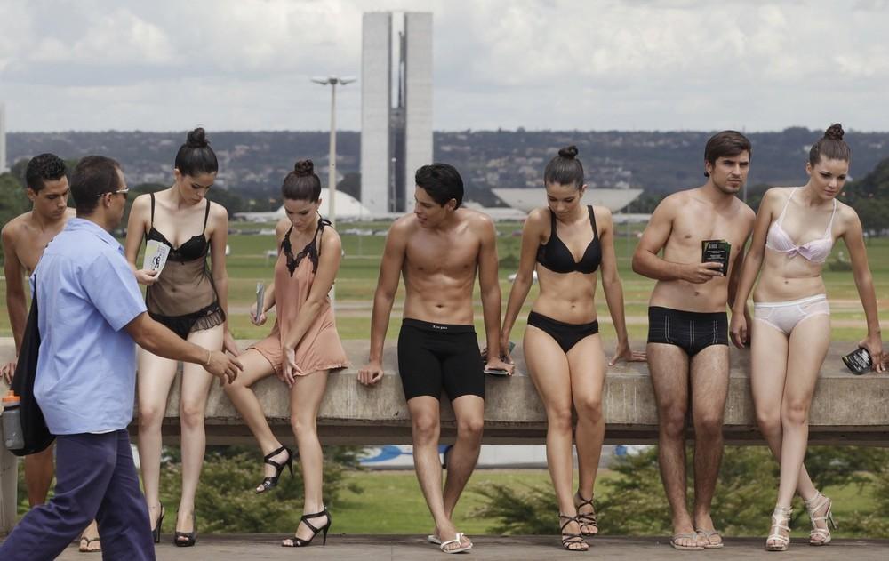 1) 50 моделей обоих полов одетые только в белье прошли по городу около 100 метров от одного из торговых центров, расположенных в центре Бразилиа, до здания главного автобусного вокзала. (REUTERS/Ricardo Moraes)