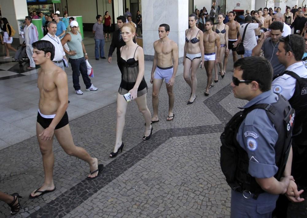 4) В Бразилиа уже стало традицией в феврале отмечать Национальный день нижнего белья: нынешний парад стал четвертым по счету: Национальный день нижнего белья отмечается в Бразилии с 2007 года. (REUTERS/Ricardo Moraes)