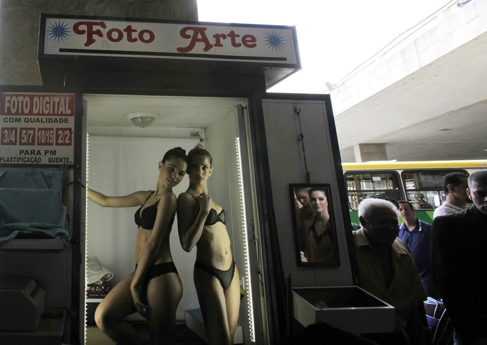 6) Модели в белье позируют фотографу на автобусной станции в столице Бразилии, городе Бразилиа (REUTERS/Ricardo Moraes)