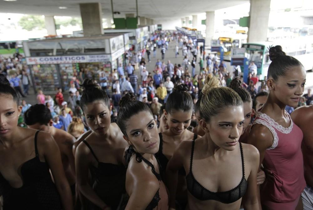 10) По данным местных предпринимателей, занятых в этой деликатной отрасли, примерно 6 тысяч бразильских компаний ежегодно производят около 800 миллионов экземпляров нижнего белья. При этом, более 20 миллионов из них идут на экспорт. (REUTERS/Ricardo Moraes)