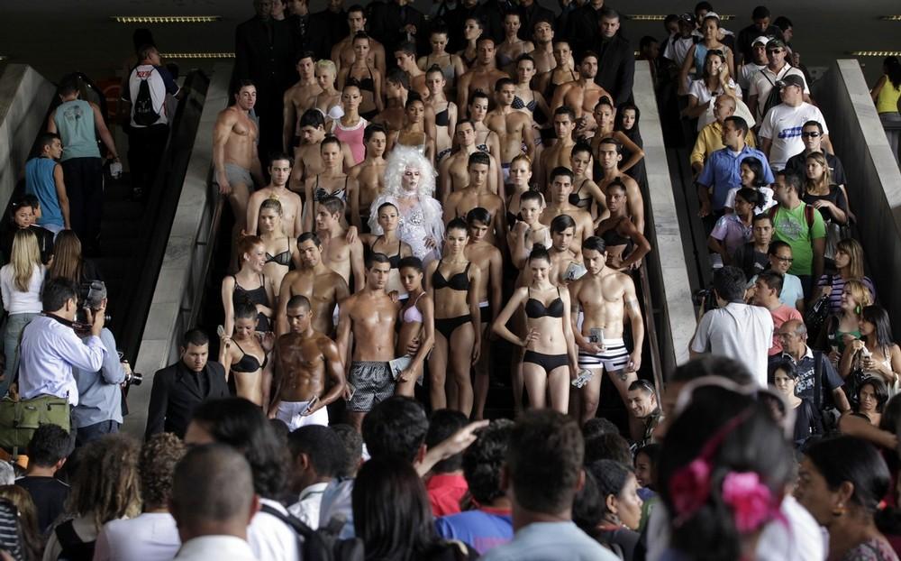 7) На проведение этих торжеств бразильцев вдохновили жители Нью-Йорка, где праздник с аналогичным названием существует с августа 2003 года. (REUTERS/Ricardo Moraes)