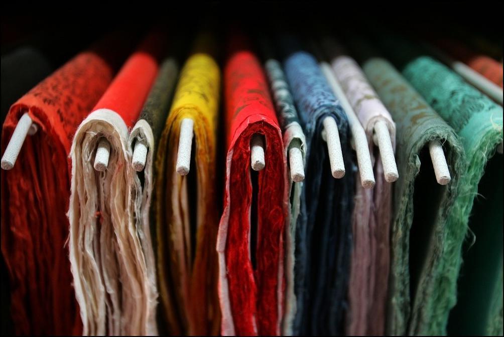 1) Цветная бумага хэчжи в корейском магазине сувениров в городе Чончжу. (Getty Images/Chung Sung Jun)