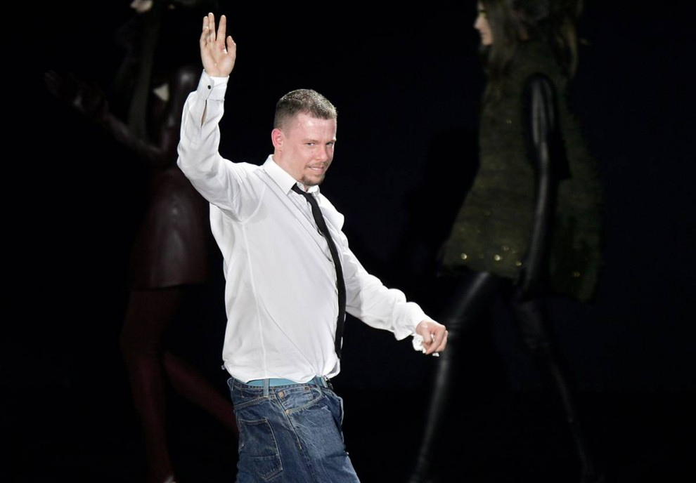 1. МакКуин приветствует зрителей после показа своей коллекции осень-зима 2009-2010 на неделе моды в Париже. Его подруга и дизайнер Вивьен Вествуд сказала, что «ей невероятно жаль, услышать эти новости». (Francois Guillot / AFP - Getty Images)