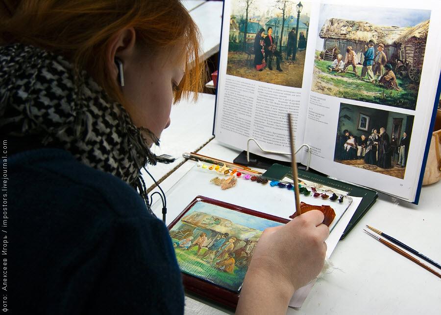 01) В 20-и километрах от Москвы, в небольшом, уютном селе Федоскино, располагается исторический центр лаковой миниатюры, основанный купцом Петром Коробовым в 1795 году.