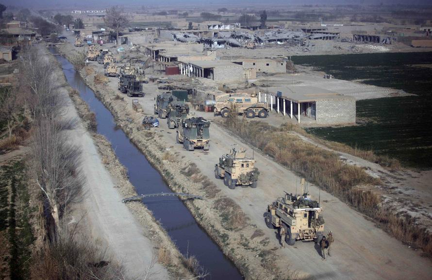 1. Фото сделано через стекло военно-медицинского вертолета оперативной группы «Пегас», спасавшего двух морпехов в Маржахе 15 февраля. Тысячи солдат США и Афганистана пытаются восстановить контроль над городом талибом – Маржах. (AP Photo/Brennan Linsley)