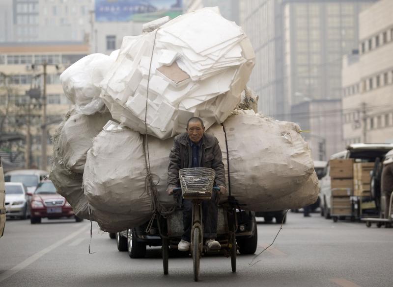 1. Китайский сборщик мусора перевозит огромное количество пенопласта в место переработки в центре Пекина 24 ноября 2008 года. (UPI Photo/Stephen Shaver)