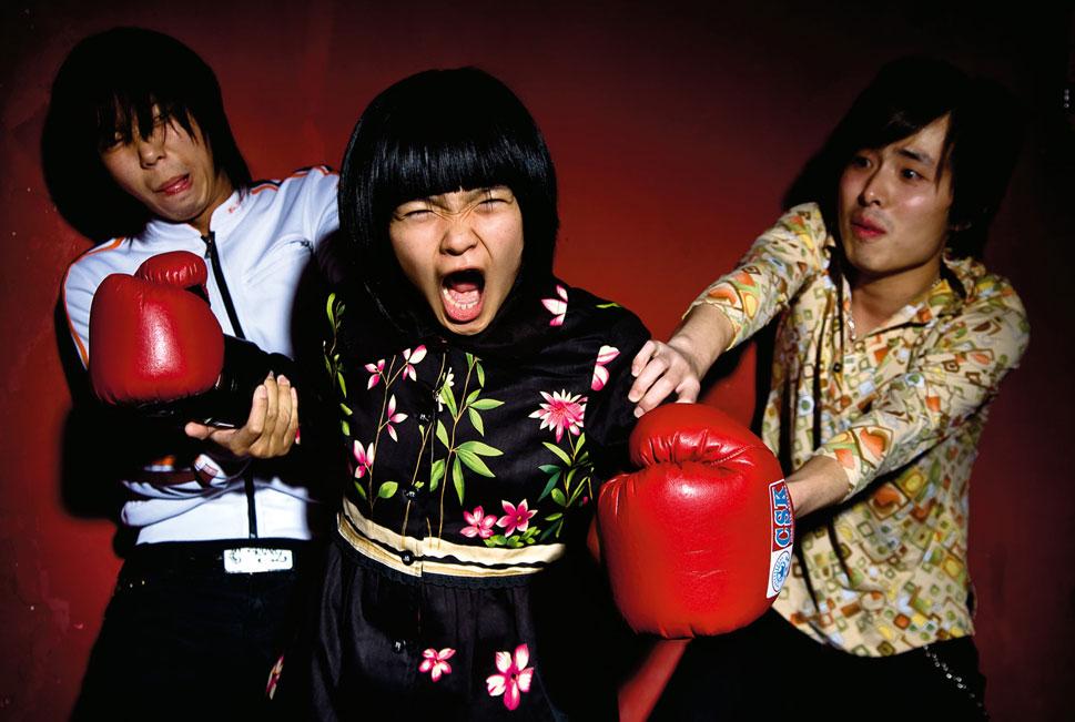 1) «Хип-хоп, рок и панк здесь не музыка Запада, а музыка города», -  объясняет Мэттью Нидерхаузер, фотограф, который два года провел в Китае за кулисами и на гастролях, наблюдая  за становлением андеграунда Поднебесной.  Трио  «Hedgehog» были безвестными музыкантами, пока не прославились в 2007 году после зажигательных концертов в пекинском клубе «D-22». (Matthew Niederhauser, Christina Larson)