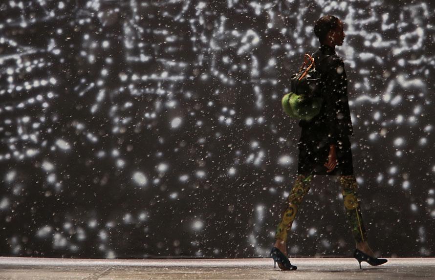 25. Показ осенней коллекции от дизайнера Айзека Мизрахи на неделе моды в Нью-Йорке. (AP Photo/Bebeto Matthews)