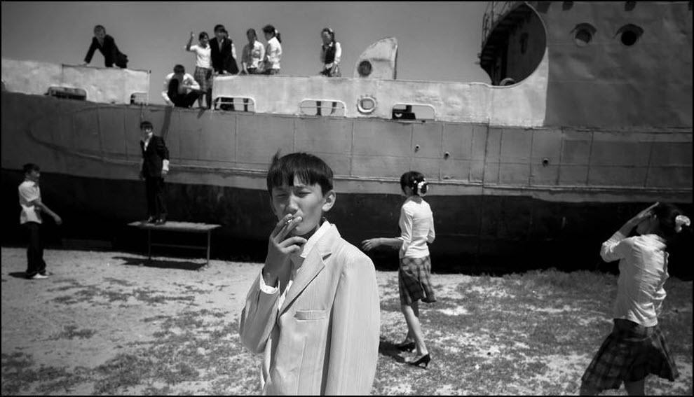01) Школьники играют на заброшеном корабле в бывшем порту Аральска.