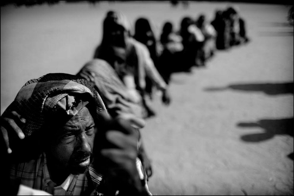 01) Беженцы в лагере Дадааб в Кении ожидают когда их зарегиструют и они смогут получить еду.