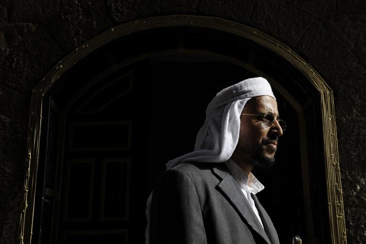 """6.  Nasser Al Bahri, merupakan salah satu lulusan pertama dari program rehabilitasi, pengawal mantan kepala Osama bin Laden.  Sekarang dia 37, dia - ayah dari empat anak.  Dia meninggalkan rumah pada tahun 1994, perjalanan ke Bosnia, Somalia dan Afghanistan, di mana ia bertemu dengan bin Laden.  Setelah tiga hari khotbah Bin Laden pada penindasan umat Islam, ia menyatakan kesetiaannya kepada """"al-Qaeda.""""  Hidupnya sebagai seorang prajurit, """"Al Qaeda"""" telah berakhir pada tahun 2000 dengan ledakan perusak """"Cole"""", karena ia antara mereka ditangkap dan dijebloskan ke penjara tanpa hak untuk nasihat atau pengadilan.  Selama tujuh tahun setelah pembebasannya, Al Bahri pergi ke sekolah untuk menjadi administrator bisnis.  Pada pertanyaan apakah ia mendukung """"Al-Qaeda,"""" kata Al Bahri """"saya - seorang pendukung al-Qaeda,"""" tapi saya bukan anggota.  """"Perbedaan antara anggota dan pendukung dalam tindakan. Saya, sebagai penunjang, mendukung"""" Al Qaeda """"dalam perang melawan AS, tetapi tidak mengambil aktivisme.""""  """"Osama bin Laden -.. Orang yang sangat normal ... Dia memperlakukan kami seperti saudara-saudaranya yang lebih muda ini adalah orang yang percaya bahwa dia sedang berjuang untuk tujuan yang benar Amerika biasa tidak tahu apa yang AS tidak luar negeri, mereka harus merasakan penderitaan orang lain .. """"  (Foto: Lucas Oleniuk / The Toronto Star)"""
