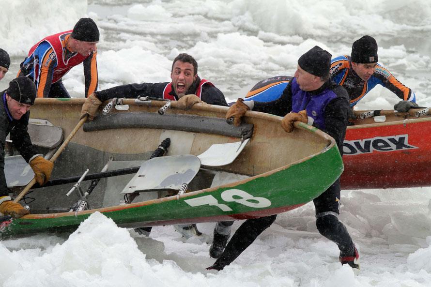 1. Команды «Passion Kraft» (на переднем плане) и «Chateau Frontenac» соревнуются на ледяной воде реки Сент-Лоуренс во время зимнего карнавала льда в Квебеке. Выиграла команда «Chateau Frontenac». (AP Photo/The Canadian Press, Jacques Boissinot)