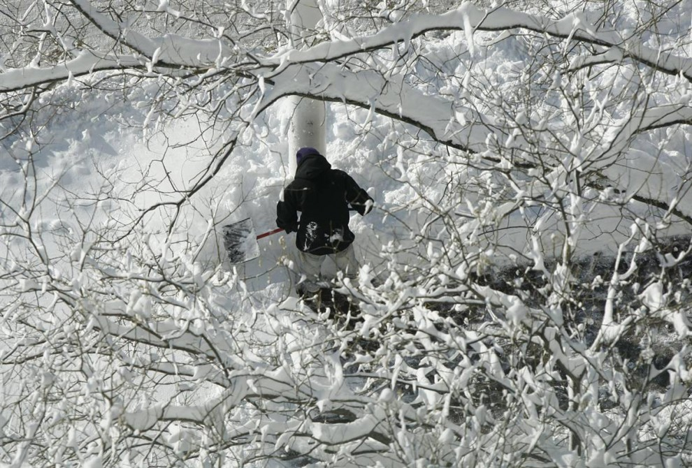 1. Человек расчищает тротуар вдоль Пратт Стрит утром после снежной бури в Балтиморе, штат Мэриленд, 7 февраля. (Carolyn Kaster / AP)